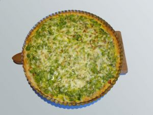 Koláč s brokolicí a sýrem z křehkého tvarohového těsta